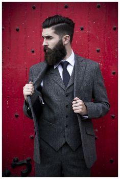 Acheter la tenue sur Lookastic: https://lookastic.fr/mode-homme/tenues/blazer--chemise-de-ville-pantalon-de-costume-cravate/609 — Blazer en laine gris foncé — Gilet en laine gris foncé — Pantalon de costume en laine gris foncé — Chemise de ville blanc — Cravate á pois noir