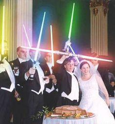 Theme cinema / star wars : photo des mariés et des témoins armés de sabres laser #tpmm