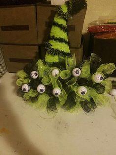 Dollar Tree Halloween, Halloween Wreaths, Creepy Halloween, Halloween Skeletons, Halloween Projects, Halloween Design, Holidays Halloween, Halloween Decorations, Halloween Recipe