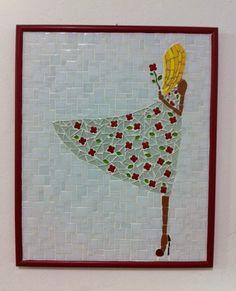 A imagem de uma jovem com um botão de flor nas mãos, ao sabor do vento, remete a algo singelo, simples, delicado que pode servir de decoração para vários ambientes. <br>O quadro em mosaico com elaborado com pastilhas de vidro, azulejo e flores em cerâmica importadas. Moldura vermelha em laca. <br> <br>Tamanho: de 39 x 47 cm