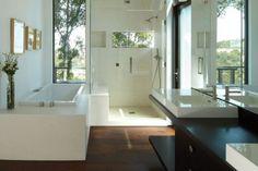 bad mit holz parkett-dunkel-modern-dusche-badewanne-spiegel