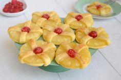 Le crostatine di sfoglia all'ananas sono sfiziose, golose e rapide da fare! In caso di ospiti all'ultimo minuto o voglia improvvisa di un dolcetto, con 1 rotolo di pasta sfoglia e della frutta sciropp