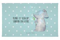 Gäste Handtuch Elefant Seifenblasen aus Kunstfaser  Natur - Das Original von Mr. & Mrs. Panda.  Das wunderschöne Gästehandtuch von Mr. & Mrs. Panda wird liebevoll von uns bedruckt und hat die Größe 30x50 cm.    Über unser Motiv Elefant Seifenblasen  Töröööö - unser süßer Elefant Lasse ist bereit, eine zauberhafte Botschaft für dich zu überbringen...     Verwendete Materialien  Die verwendete sehr hochwertige Kunstfaser ist langlebig, strapazierfähig und abwaschbar und wird von uns per Hand…
