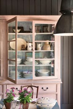 Tips for Shabby and Chic Vintage Cupboard Design Ideas Vaisseliers Vintage, Vintage Country, Decoration Buffet, Furniture Inspiration, China Cabinet, Home Kitchens, Painted Furniture, Painted Hutch, Kitchen Decor