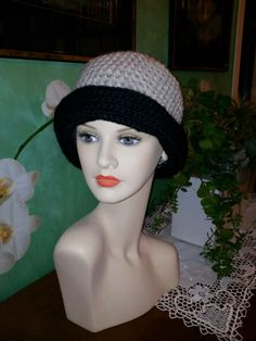 Cappellino uncinetto  in lana merino (beige/nero)