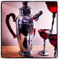 1930 tea pot style cocktail shaker with baklit handle and original glasses Crome bass