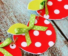 Sewing Ideas Adorable no-sew fabric apple garland craft. This would be so cute for a classroom! - A craft tutorial for an easy no-sew fabric apple garland. Kids Crafts, Fall Crafts, Craft Projects, Craft Tutorials, Cork Crafts, Fabric Crafts, Sewing Crafts, Sewing Ideas, Apple Decorations