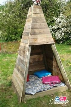 Outdoor Pallet Projects Build your kids a wooden teepee tent! Pallet Home Decor, Pallet Garden Furniture, Outdoor Furniture Plans, Diy Pallet Projects, Outdoor Projects, Wood Projects, Pallet Ideas, Kids Furniture, Bedroom Furniture