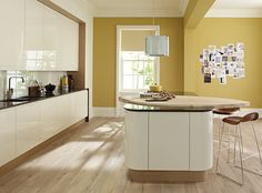 Remo Alabaster Curved Gloss Kitchen with a Curved Island with a Shaped Maple Worktop Kitchen Colour Schemes, Kitchen Wall Colors, Kitchen Paint, New Kitchen, Kitchen Yellow, Cream Kitchen Units, Cream Gloss Kitchen Decor, Kitchen Cupboards, Curved Kitchen Island