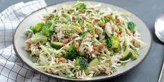 Pastasalat med bacon, ærter og spidskål Sour Cream, Broccoli, Cabbage, Bacon, Vegetables, Ethnic Recipes, Desserts, Food, Tailgate Desserts