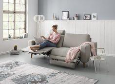 Zweisitzer-Sofa mit Funktion | grauer Flachgewebebezug & geölte Eichenholzfüße, ca. 16 cm hoch | zwei je ca. 90 cm breite Sitze, jeweils mit Wall-Away-Funktion | Rücken mit PU-Schaumpolsterung, Sitz mit Kaltschaumpolsterung | Maße ca. 216 x 88 x 90 cm (BxHxT)
