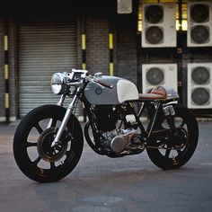 The English workshop Auto Fabrica takes the 'clean' look to a whole new level with this amazing Yamaha SR500 custom.