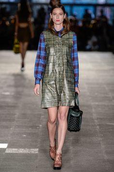 Coleção // Alexandre Herchcovitch, SPFW, Inverno 2015 RTW // Foto 3 // Desfiles // FFW XADREZ na camisa e no vestido. Sandálias da Melissa.