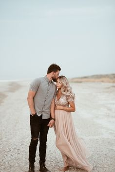 Sandy Mutterschaft - The Loren Way - Schwanger Beach Maternity Pictures, Maternity Photo Outfits, Outdoor Maternity Photos, Maternity Photography Outdoors, Maternity Poses, Maternity Photoshoot Dress, Maternity Photos With Family, Boudoir Photography, Sunset Maternity Photos