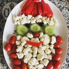 If you're looking for healthy and fun ideas for Christmas, try this veggie tray shaped like Santa's face that will surely delight the family. Veggie Platters, Veggie Tray, Vegetable Trays, Christmas Appetizers, Christmas Tree And Santa, Christmas Goodies, Christmas Recipes, Merry Christmas, Noel