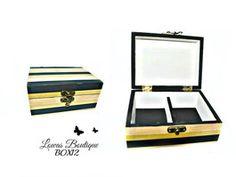 Boîte à Bijoux Rayures Noir & Or Cette boîte à bijoux est idéale pour ranger vos bijoux et décorer vôtre espace grâce à ses magnifiques rayures doré et noir.   PAS D'ENVOI A L'INTERNATIONAL.   Dimensions: 14.5 cm x 11 cm Hauteur: 6,5 cm