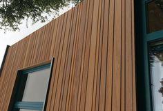 Gevelbekleding in verschillende breedtes thermisch frake Wooden Cladding, House Cladding, Wooden Pattern, Exterior Siding, Modern Exterior, Wood Veneer, Home Deco, Custom Homes, Tiny House