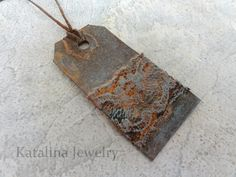 Katalina Jewelry: An Experiment in Rust. Learn how to create a real rusted patina on any surface including plastic, wood, fabric and even paper! Shibori, Art Journal Techniques, Paint Techniques, Paper Crafts, Arts And Crafts, Book Crafts, Jewelry Making Tools, Paper Jewelry, Paper Tags