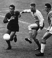 Gilmar, o goleiro número um. Gilmar fez sua estreia na Seleção Brasileira em primeiro de março de 1953, na vitória de 8 a 1 sobre a Bolívia, válida pelo Campeonato Sul-Americano (atual Copa América), disputado no Peru. Assim como nos clubes em que passou, Gilmar também fez história na Seleção do Brasil. Em 1958, na Suécia, ajudou a Seleção Brasileira a conquistar a sua primeira Copa do Mundo. Em 1962, no Chile, repetiu o feito conquistando sua segunda Copa do Mundo com a Seleção Brasileira…