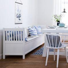 Absolutes Muss für den Schweden-Look: Eine weiße Holzbank, die durch die viele Kissen in Hellblau, Cremeweiß oder mit Streifen- und Blumenprints total kuschelig wird.//  Landhausstil Blau Nordisch Landhausstil