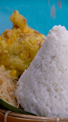 Nasi uduk adalah nama makanan khas Betawi yang terbuat dari bahan dasar nasi putih yang diaron dan dikukus dengan santan dari kelapa parut. Tasty Rice Recipes, Cooking Recipes, Yummy Food, Cooking Rice, How To Cook Rice, Malaysian Food, Indonesian Food, Diy Food, Asian Recipes
