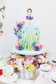 I love the cake plate nestled into the basket of flowers! Great way to make an impressive birthday centerpiece!
