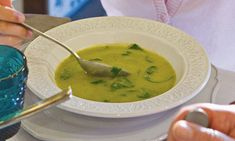 Sopa de favas com courgettes e espinafres Granola, Soup Recipes, Cooking Recipes, Portuguese Recipes, Mediterranean Recipes, Thai Red Curry, Healthy Living, Homemade, Food And Drink