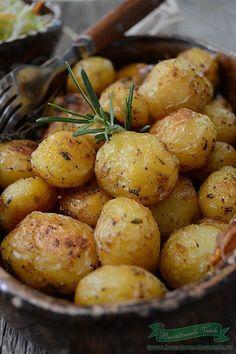 Cartofi noi la cuptor cu rozmarin si usturoi. Azi am gasit la piata cartofi noi mici asa cum imi plac mie si musai a trebuit sa ii fac la cuptor cu rozmarin si usturoi, o nebunie!! Eu i-am mancat asa simpli doar cu o salata de varza cu morcov, dar ai mei au vrut alaturi si piept de pui la gratar