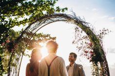 Vou Casar na Ilha: evento online de casamento na praia. Na foto, cerimônia ao pôr do sol em Ilhabela. #ilhabela #casamentonapraia #beachwedding #cerimoniadecasamento Couple Photos, Couples, Wedding On The Beach, Weddings, Sun, Pictures, Couple Shots, Couple Photography, Couple