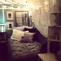 LOVE this bedroom, I want to hang christmas lights now! Black And Grey Bedroom, Gray Bedroom, Teen Bedroom, Small Room Bedroom, Home Decor Bedroom, Small Rooms, Small Bedrooms, Teenage Bedrooms, Small Guest Rooms