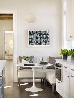 Awesome 40 Affordable Breakfast Nook Ideas for Tiny Apartment https://decorapatio.com/2017/08/28/40-affordable-breakfast-nook-ideas-tiny-apartment/