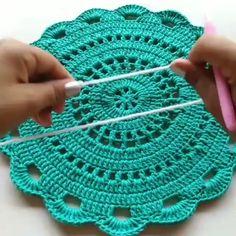 "Páči sa mi to: 83, komentáre: 0 – AprendendoCroche (@aprendendocroche4) na Instagrame: ""Qual sua Nota. De 0 á 10? Se Gostou Clique 2x no ❤ . . 🔴 Exclusivo Video Aulas + Livro Digital…"" Crochet Table Mat, Crochet Mat, Crochet Dollies, Crochet Mandala, Cotton Crochet, Cute Crochet, Mantel Redondo, Handmade Table, Doilies"