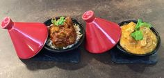 Mini tayin, de pollo con curry rojo y couscous y el otro de cerdo especiado y arroz
