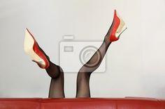 Wall Mural sexy frau in roten high-heels liegt auf dem sofa - business • PIXERSIZE.com