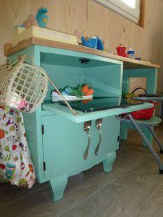 Récup' dans le grenier de papi : une chaise d'école maternelle Gascoin des années 50, un chevet vintage et quelques vieux couverts en argent. Une fois relooké, voici un coin dinette cuisine dans la chambre de notre Minion N°2.