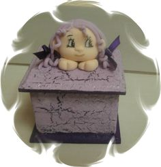 scatola in legno dipinta a mano con bambolina in porcellana fredda, 10x10 cm