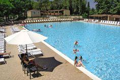 Het olympisch bad op camping Altomincio is de ideale plek om een heerlijk baantje te trekken. Naast het olympisch bad ligt de loungebar waar je even kunt ontspannen met een lekker drankje of hapje.