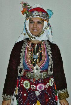 Traditional festive costume from Merkez Kapıkaya köyü (near Bergama, north of Izmir).   Mid-20th century.  Ethnic group: Alevi Türkmen. (Kavak Costume Collection - Antwerpen/Belgium).