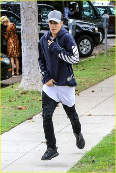 Justin Bieber Goes On Tweet Spree After Boarding In Los Angeles: Photo #880289. Justin Bieber shows off his new skills on his skateboard outside the courthouse in Los Angeles on Friday afternoon (October 16).    The 21-year-old