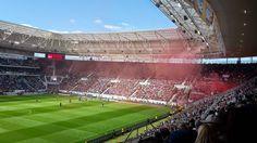 La passion Bundesliga jusqu'à la lie ! Un supporter d'Hoffenheim 1899 de la Bundesliga est assis dans la Rhein Neckar Arena d'Hoffenheim, c'est la finale de la coupe d'Allemagne contre le Bayern Munich, et toutes les places sont vendues depuis des mois....