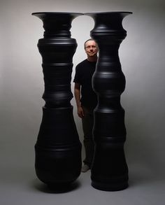 Canadian ceramicist Greg Payce has spent over two decades exploring a three-dimensional representation of Rubin's vase, in which a figure is revealed through the edges of two forms. Art Gallery of Burlington Finger Curls, Grands Vases, Principles Of Design, Contemporary Ceramics, Contemporary Art, Negative Space, Land Art, Optical Illusions, Medium Art