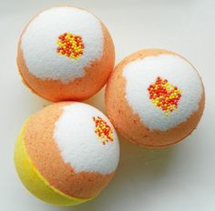 Bath Bombs done differently. Square and loaded with ingredients that not only soften the water, but your skin. These are not your normal bath bombs. Homemade Beauty, Homemade Gifts, Diy Beauty, Bath Fizzies, Bath Soap, Halloween Bath Bombs, Homemade Bath Bombs, Bath Bomb Recipes, Lush Bath Bombs