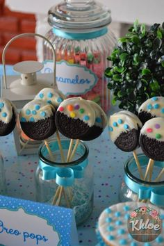Halloween Cookie Pops in 5 steps using Double Stuff Oreos, Candy Melts, Sucker Sticks, Cooking Oil Birthday Party Snacks, Snacks Für Party, Birthday Favors, Party Treats, Frozen Birthday, Birthday Cake, Halloween Desserts, Halloween Cookies, Halloween Treats
