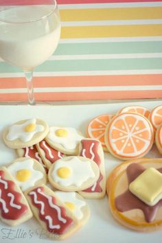 Yummy and delightful cookie ideas from a very clever Ellie's Bites Decorated Cookies check her out on Cookies Fancy Cookies, Iced Cookies, Cute Cookies, Royal Icing Cookies, Cookies Et Biscuits, Sugar Cookies, Heart Cookies, Bacon Cookies, Orange Cookies