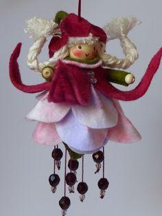 Fuchsia hangertje gemaakt van prachtig sprookjesvilt en mooie facetkralen
