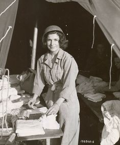 A nurse ANC (ARMY NURSE CORPS. Corps military nurses) in a tent preparing dressings. Photo taken June Field Hospital at Saint Laurent sur ​​Mer Omaha Beach sector Women In History, World History, Omaha Beach, Vintage Nurse, Photo Vintage, Vintage Photos, Oldschool, Medical History, D Day