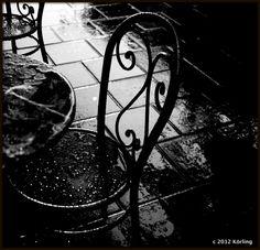 Regn. REGN En droppe regn i vattenpölen. Två droppar regn i mitt hår. Tre droppar regn på trädets löv. Fyra droppar regn på en utomhusstol. Fem droppar regn på en liten farbror utan paraply. Sex dr...