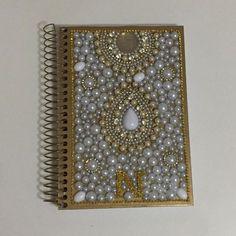 Caderno com 200 folhas com capa dura toda em pérolas.