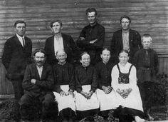 Семья РЯННЕЛЬ Фёдора Фёдоровича, у своего дома — стоят: сыновья Иван (1899 г.р.), Давид (1901 г.р.), Михаил (1907 г.р.), Егор (1909 г.р.), пастух Матти. сидят: отец Фёдор Фёдорович (1861 г.р.), его жена Варвара (1866 г.р.), дочери Мария (1889 г.р.), Ева (1893 г.р.), Лиза (1891 г.р.)