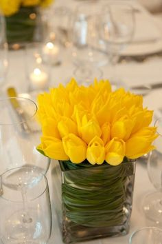 hochzeit frühling tischdeko blumen gelbe tulpen gesteck